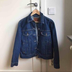 Oanvänd Levi's 50th Anniversary Trucker Jacket (x Caine London).  Nypris: 1200 kr  Säljer för 600 exklusive frakt.   (Pris kan diskuteras)