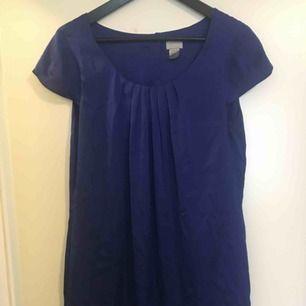 Koboltblå klänning i satinliknande tyg. Vid, aldrig använd.