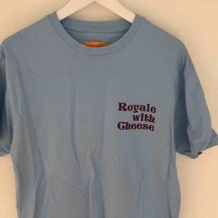 T shirt med Pulp fiction qoute på, köpt på Carlings. Står storlek S på men är väldigt stor i storleken mer lik M/L, kan användas som oversized