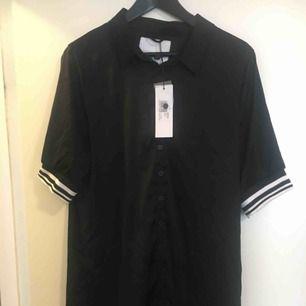 Sjukt snygg svart klänning från Stylepit, 90-talstil. Ny med lappar kvar.