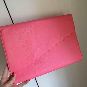 Kuvertväska från Åhlens. Supersnygg, rosa. Aldrig använd, prislapp finns kvar.