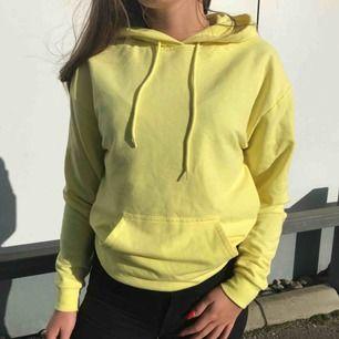 Säljer min gula hoodie från Carlings då jag använder den allt för sällan. Den är lite tunnare än de flesta tjocktröjor. Tröjan är i fint skick och är i storlek S.  Kan mötas upp eller skicka men köparen står för frakt. Kontant och swish går bra :)