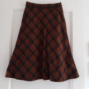 Jätte cool retro kjol från 70-talet i super duper bra skick!  Köparen står för frakten och tar gärna swish🙂