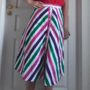 Väldigt speciell och söt retro kjol från 70-talet i super bra skick! Tar gärna swish och köparen står för frakten.