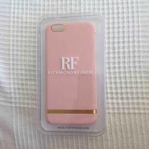 Rosa Richmond & Finch skal. Till iPhone 6/6s. Oöppnat då det är fel storlek för min telefon. Köpt för 399kr. Kan mötas upp i Stockholm