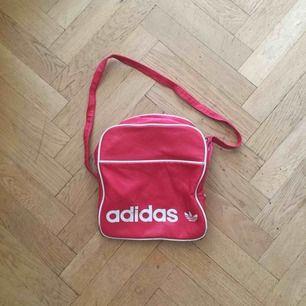 Supersnygg röd väska från Adidas. Kan möta upp i Stockholm.