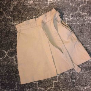 H&M trend kjol Säsong 7, skitsnyg och knappt använd. Säljs pga inte kommer till den användning den förtjänar💫