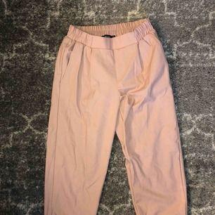 Snygga dusty-pink slacks med resår i midjan! Supersnygga, ankellånga!