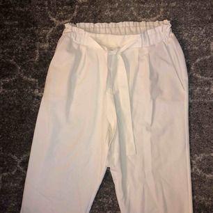 Snygga vita kostymbyxor med resår och knytdetalj! Köpta i år i Spanien, säljes pga för stora
