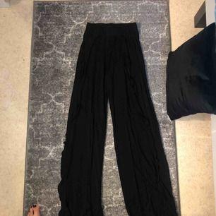 Snygga stretchiga flare byxor i trikå från Nelly Trend, helt oanvända! Ganska långa med detalj längs benen se sista bild