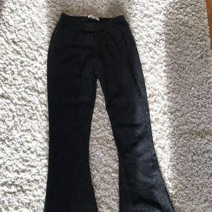 Snygga, balla svarta spets bootcut. Mönstret på byxorna framkommer bäst i 3e bilden, fin passform. Säljes pga kommer ej till användning. Köpta från dry lake på en outlet