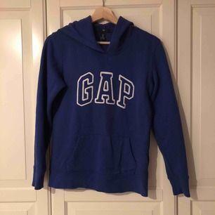 Blå munktröja från Gap, köpt i USA i storlek XS/34. Mysigt foder inuti. Använd, inga skavanker, några trådar sticker ut från Gap bokstäverna, bara klippa Hund finns i hemmet