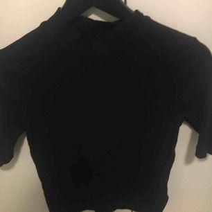 Ribbad Crop top från H&M, svart, aldrig använd. Strl L men mer som S.