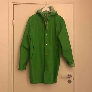 Aldrig använd grön regnkappa från Stutterheim, andra sortering men det syns inte. Köpt för 2000.
