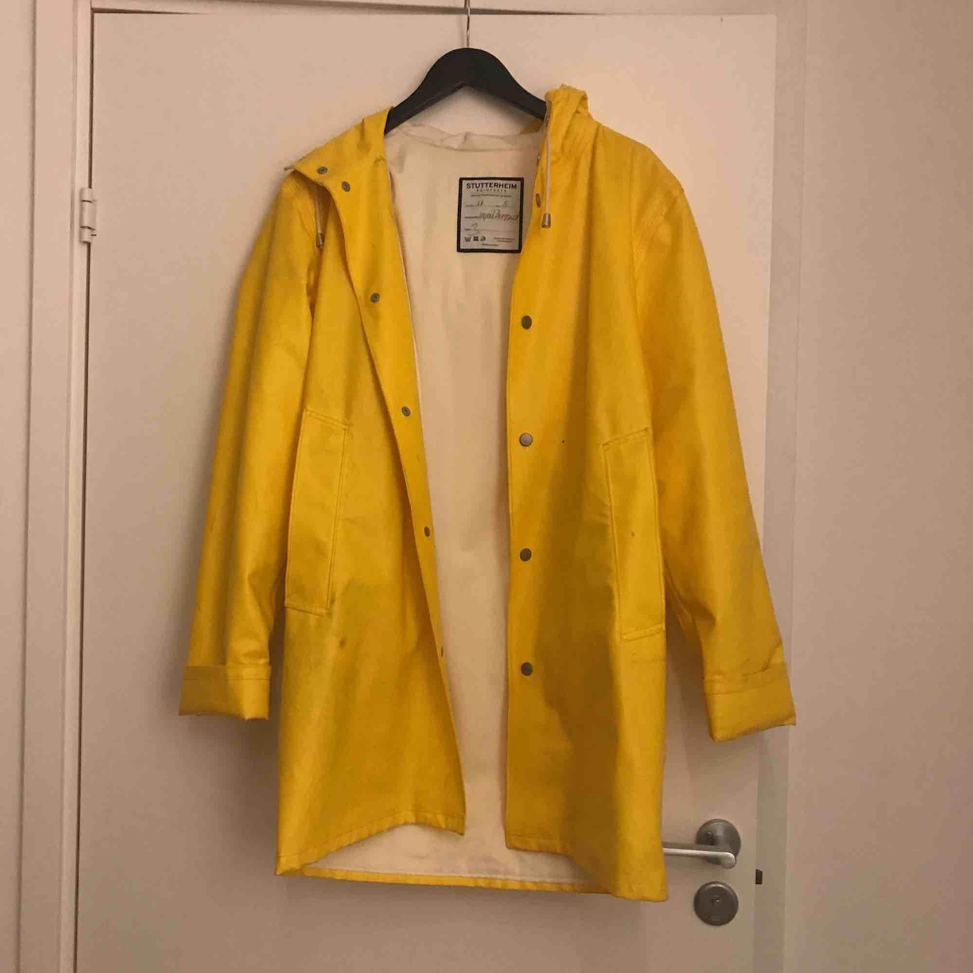 Handgjord regnkappa från stutterheim i fin gul färg! Varsamt använd men några knappt synliga grå fläckar. Andra sortering som inte märks, köpt för 2000. . Jackor.