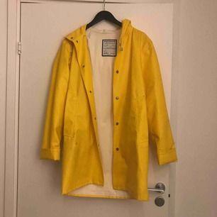 Handgjord regnkappa från stutterheim i fin gul färg! Varsamt använd men några knappt synliga grå fläckar. Andra sortering som inte märks, köpt för 2000.