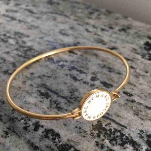 Hinge bracelet från Marc Jacobs i färgen cream. Ny pris 600 kr. Garanterar att den ser ut som helt ny.