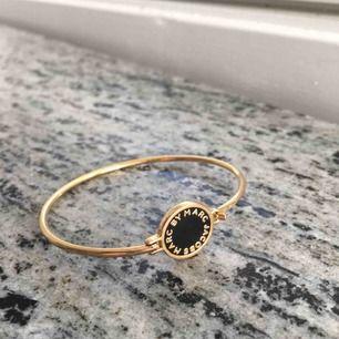Hinge bracelet från Marc Jacobs i svart. Ny pris 600 kr. Garanterar att den ser ut som helt ny.