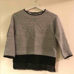 En snygg tröja från Zara med spetsdetaljer. Sparsamt använd.