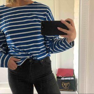 Aldrig använd blå tröja köpt från Ginatricot. Storlek XS men är lite oversized så passar en S också. Priset är inklusive frakt. Tar endast swish!