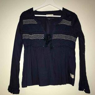 Supersnygg och populär tröja från Odd Molly med fina detaljer. Använd fåtal gånger men är så gott som ny. Nypris på denna är cirka 1000kr