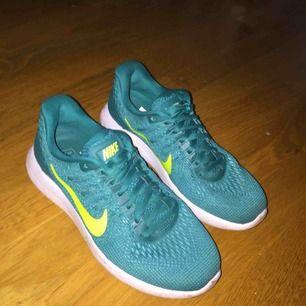Säljer mina träningsskor från Nike som endast använts en gång. Mycket fina och perfekta för all typ av träning. Storlek 37