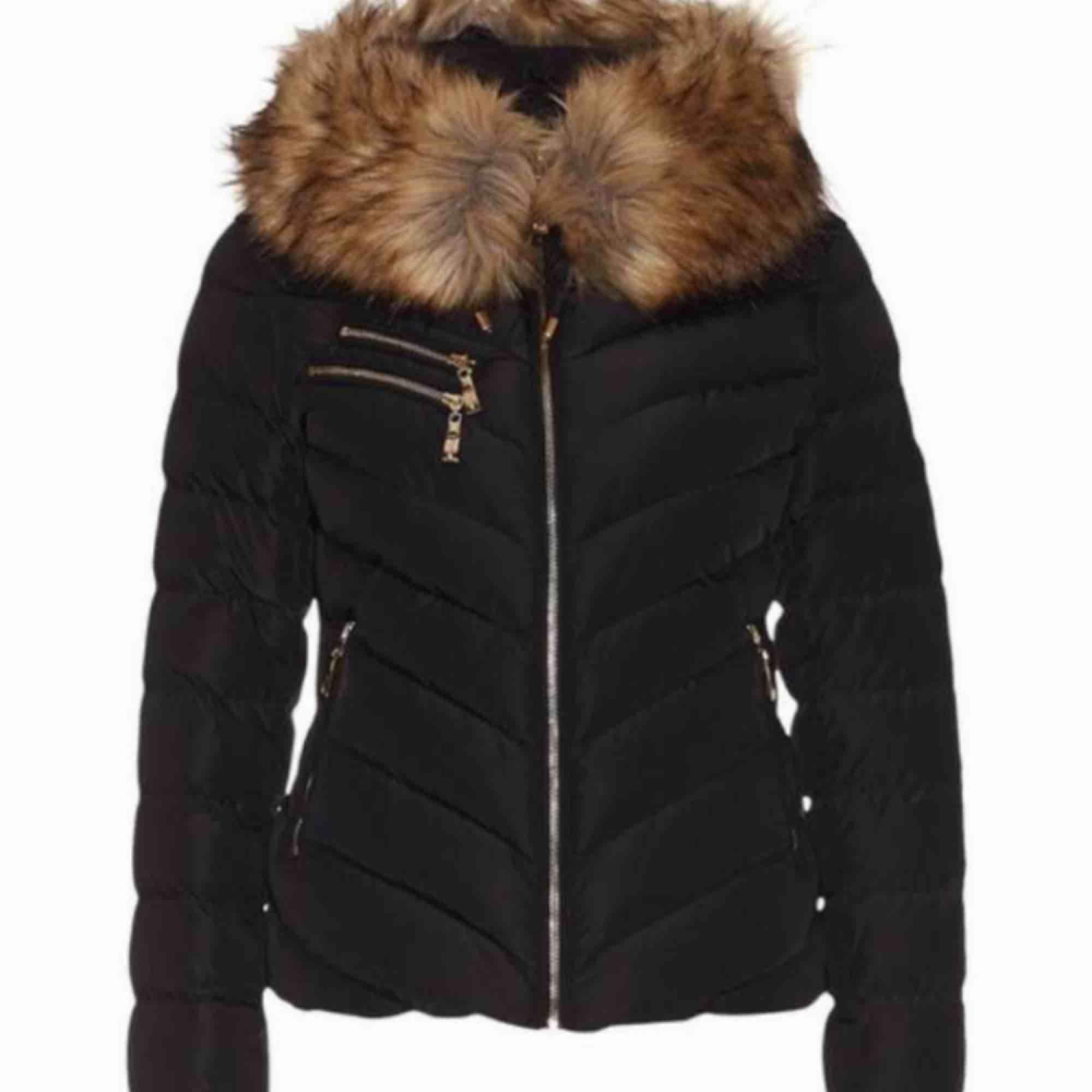 Säljer denna populära jacka. Använd 1 vinter. Ej äkta päls. Kan tänka mig att gå ner i pris vid snabb affär. Jackor.