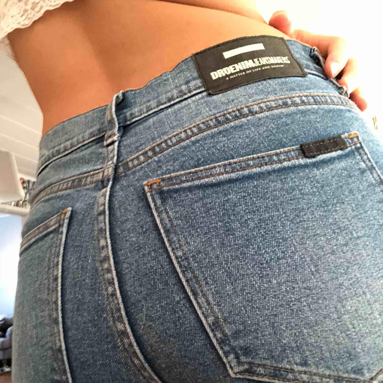 DR.DENIM har gjort dessa sjukt fina jeans i stretch. Används inte av mig längre men har lyckats dragit sönder en ögla tyvärr och jag är inte sy kunnig. Men älskar färgen och strukturen på dem.. Jeans & Byxor.
