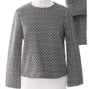 Färg: svart/vit.  Strl: XS.   Snygg blus från Zara. Skönt antiskrynkel-material. Dold dragkedja i nacken. Aldrig använd, dvs fint skick. Fraktkostand tillkommer, betalning via swish.