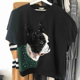 Black oversized top with printed pearl brodyr dog, palettens could be usel as a short dress aswell