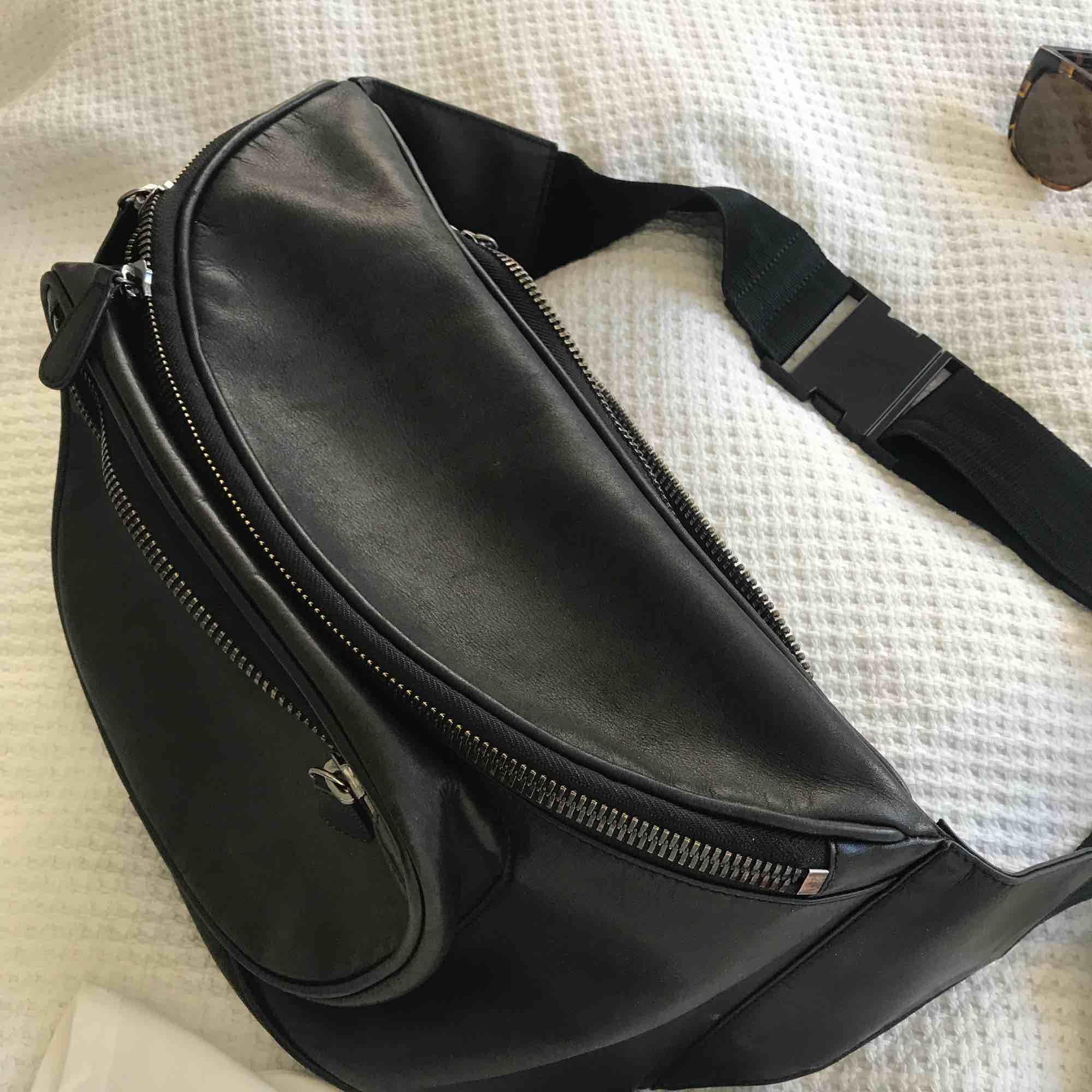 "Black Oversized ""magväska"" Leather Capsule Collection H&M Maison Margiela. Väskor."