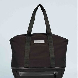 Porto tillkommer. Träningsväska från Stella McCartney för Adidas. Köpt i våras och är sparsamt använd. Har förutom fack inuti väskan utrymme för skor undertill och kan omvandlas till ryggsäck. Nypris ca 1400kr.