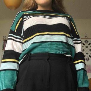 Snygg och Mysig oversized tröja från H&M. Passar perfekt nu till hösten 😙🍂 skicka för fler bilder (köparen står för frakten)