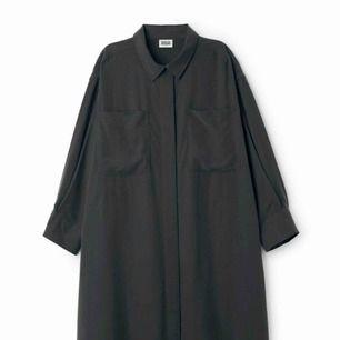 Weekday Maxima Dress (finns att googla) i svart. Tshirtklänning med stora ärmar. Storlek small är 99cm lång, denna är storlek M. Sparsamt använd. Nypris 600kr. Material 100% modal. Porto tillkommer.