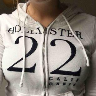 Vit Hollister Hoodie som är sparsamt använd. Har en listen fläck där fram som knappt syns, där av priset. (Köparen står för frakt) 😊💖