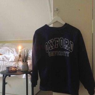 Snygg marinblå pullover köpt i Oxford. Används för sällan :'(( 🌻Frakt tillkommer🦕 No refunds 🌻