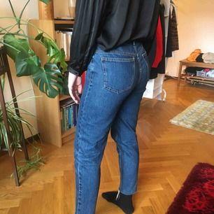 blå mom jeans från pull & bear. fint skick men tyvärr inte rätt för mig