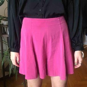 rosa byxkjol från Humana i sthlm. hög midja och vida ben, dragkedja bak