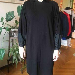 oversize t-shirtklänning från Monki. använt skick med lite noppor, väldigt behaglig att ha på sig dock