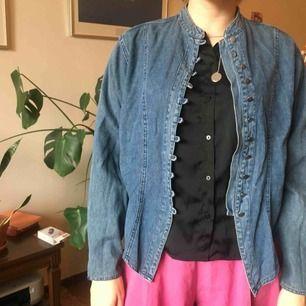 jeansjacka med delad rygg (tänk frack-style). underbart plagg som tyvärr inte kommer till användning. fint skick!