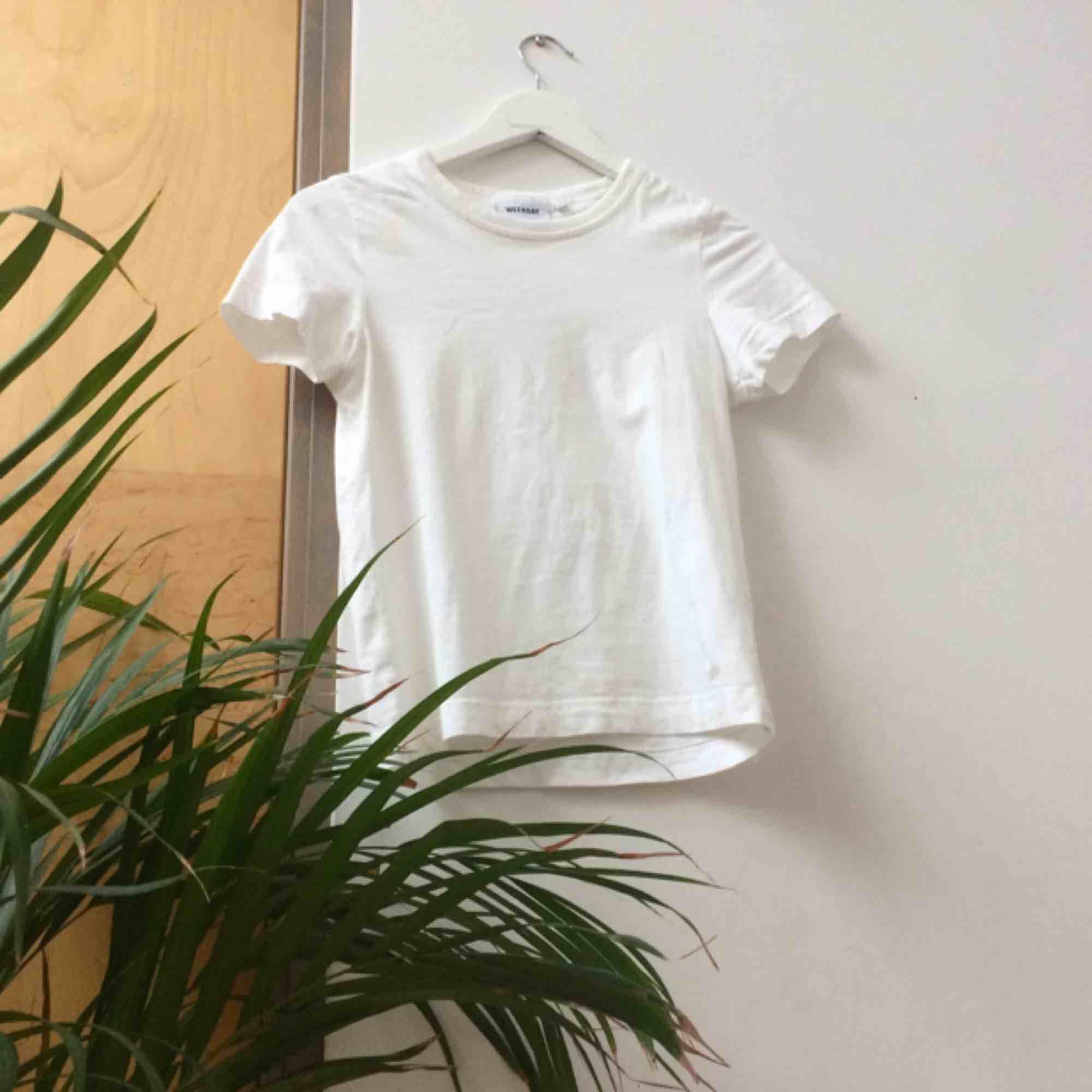 Vit tshirt från WEEKDAY. Använd EN gång, ser ut som ny. Säljer för att jag har för många vita tshirts lol. 🌻Mötas i Malmö?/Frakt tillkommer🦕 No refunds 🌻. T-shirts.