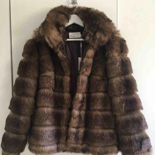 Oanvänd faux fur jacka från Nelly.com, nytt pris 999kr, mitt pris 400kr. Prislappar kvar. Storlek 34, men den passar mig som vanligtvis har 36 och i vissa fall 38. Kan frakta.