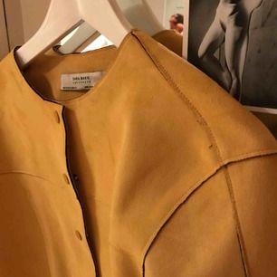 Gul jacka i mockaimitation i kortare modell köpt för 40$ förra året, säljes då jag aldrig använder den. Storleken är medium men då den är kortare i modellen passar den även mig som har XS. Pris kan diskuteras:)