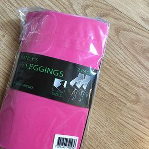 2-pack Capri leggings, ett par rosa och ett par svarta. Oöppnad förpackning   Kan mötas upp i Borås annars står köparen för frakten.