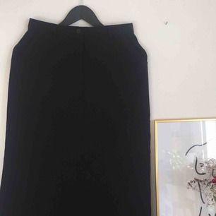Svart lång kjol som sitter perfekt på!💗🍇 Möts upp i Uppsala + fraktar!✨