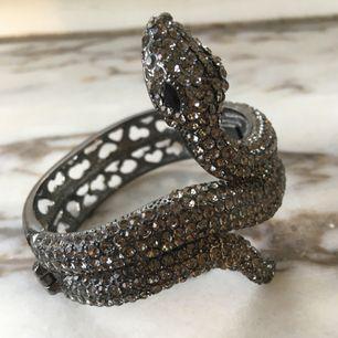 supercoolt armband bestrött med swarovski-kristaller. tyvärr bara använt det en gång då armband inte riktigt är min grej. nypris 600-800 kr. hämtas i sthlm eller skickas om du betalar frakt. säljer massor (kmr mycket nytt i dagarna), mängdrabatt finnes!