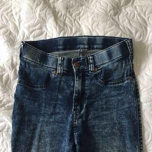 Säljer dessa uppsydda jeans från Dr Denim i storlek s, byxorna är köpta på Carlings i Västerås och är använda ungefär 3 gånger. Kan frakta. Jag är 1.63cm lång och de är uppsydda så att de passar mig.