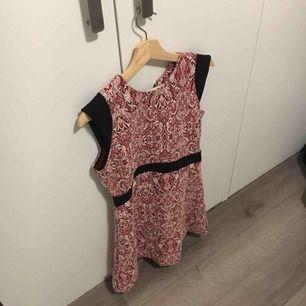 Klänning från Zara, L men väldigt liten. Mer en S. Lappar kvar.