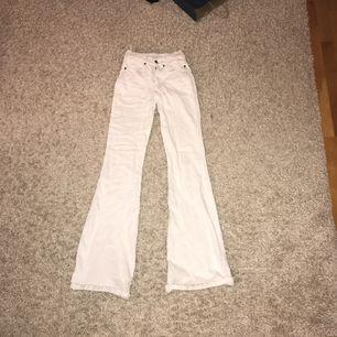 Flare dr denim jeans i storlek S längd 34. Är lite smutsiga vid ena midjan, kan skicka bild vid intresse:) 200kr inklusive frakt, möts annars upp i centrala stockholm