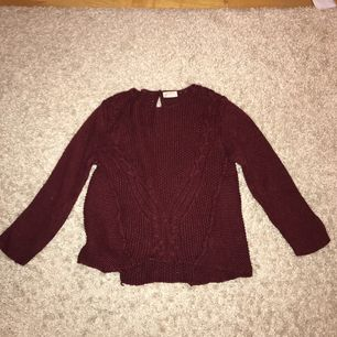 Jättefin vinröd stickad tröja, perfekt till hösten.